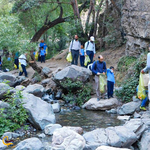 نمایی از دوستداران طبیعت در مسیر صعود به قله دارآباد