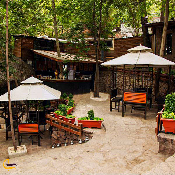نمایی از فضای باز باغ رستوران کوهستان