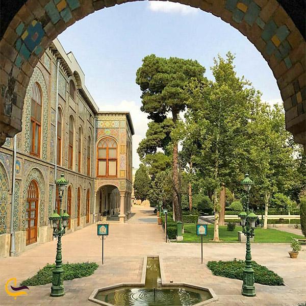 نمایی از درختان بیرون کاخ گلستان