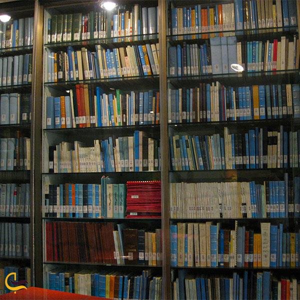 تصویری از هزاران جلد کتاب در کتابخانه کاخ نیاوران