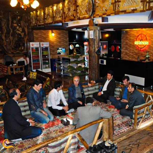 نمایی ازحضور مردم در رستوران سایمان