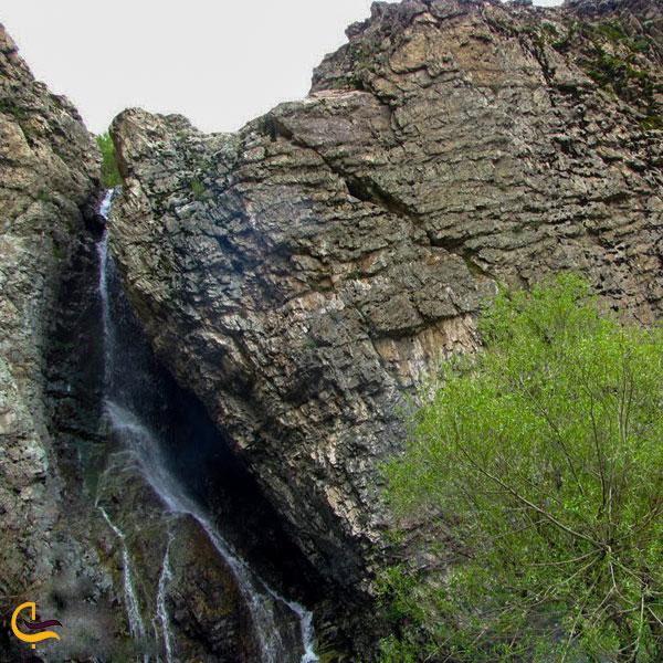 نمایی از آبشارهای مسیر صعود به قله دارآباد