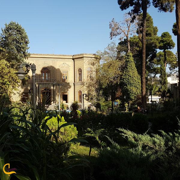 تصویری از فضای سرسبز موزه آبگینه تهران
