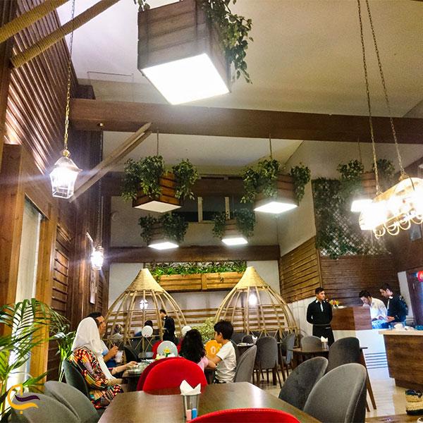 نمایی از رستوران آویشو