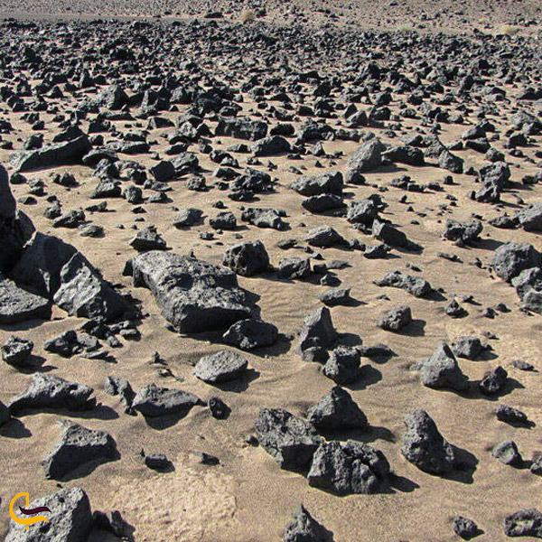 تصویری از سنگ های حجرالاسود کویر ریگ جن سمنان