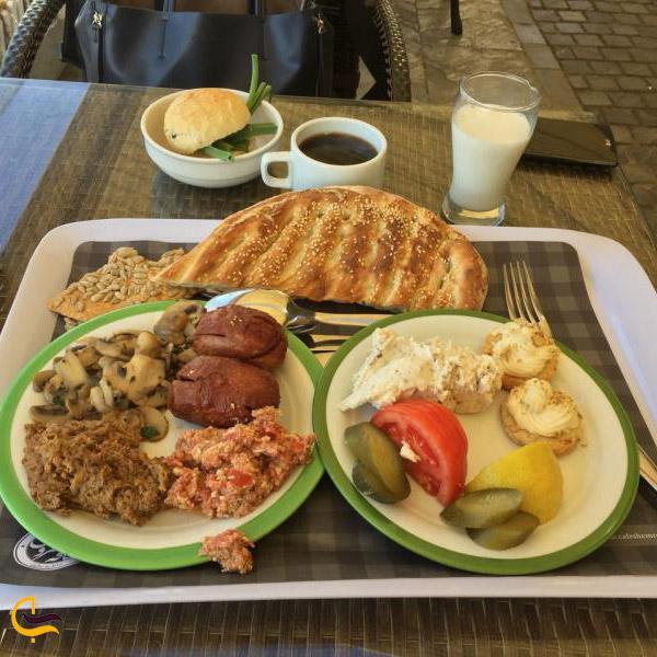 نمایی از صبحانه کافه رستوران شمرون