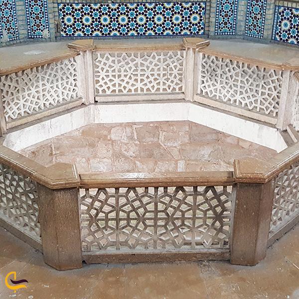 نمای نزدیک از حوض ماهی آرامگاه سعدی شیرازی