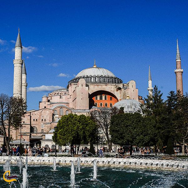 نمایی از مسجد ابا صوفیه در طبیعت سرسبز استانبول