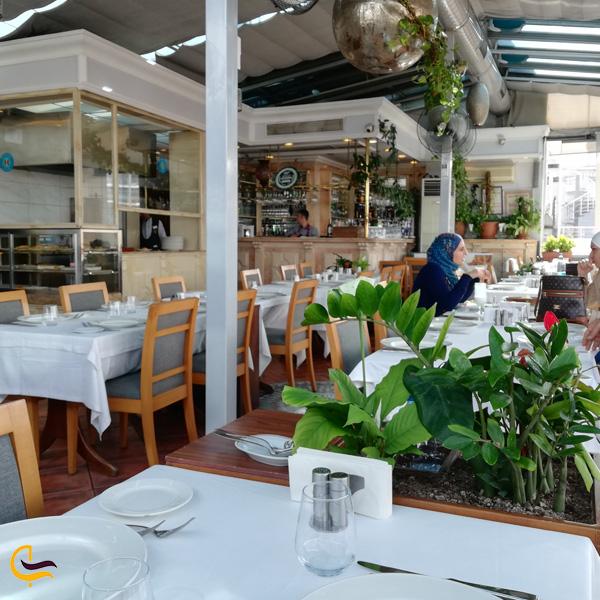 نمایی از محیط بیرون رستوران حمدی