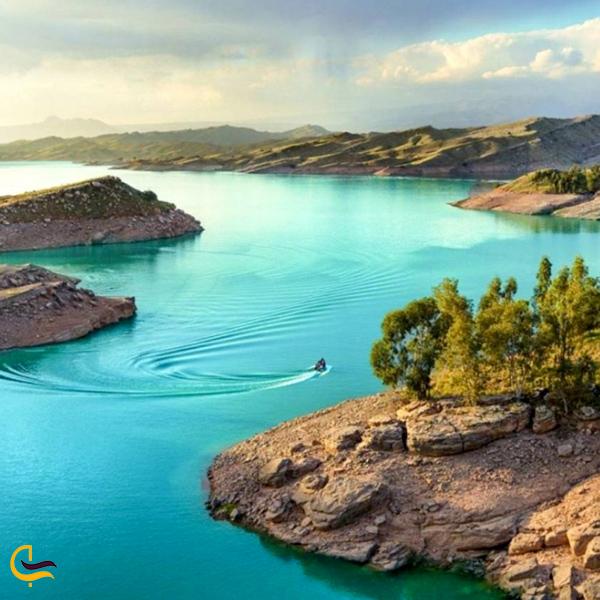 تصویری از قایق سواری در جزیره دریاچه شهیون دزفول