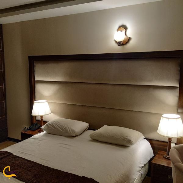 تصویری از اتاق هتل معین فومن