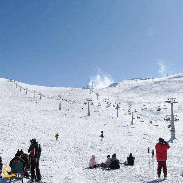 تصویر اسکی کردن در پیست اسکی