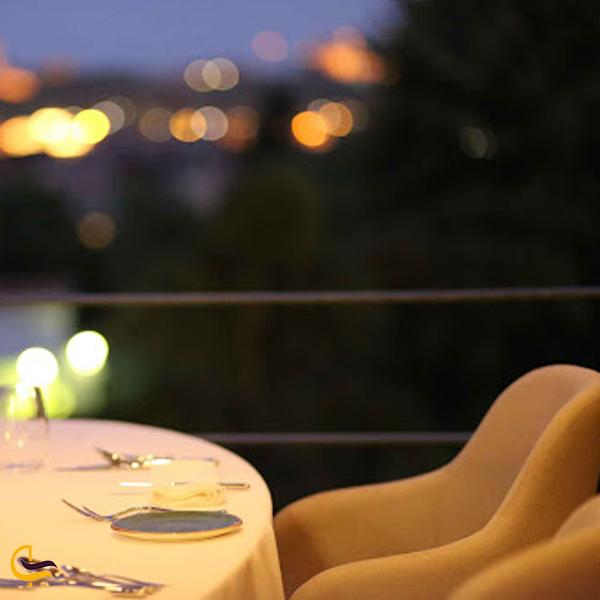 نمایی از میز و صندلی رستوران های استانبول