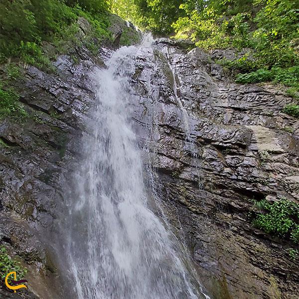 نمایی از آبشار سنگ بن چشمه
