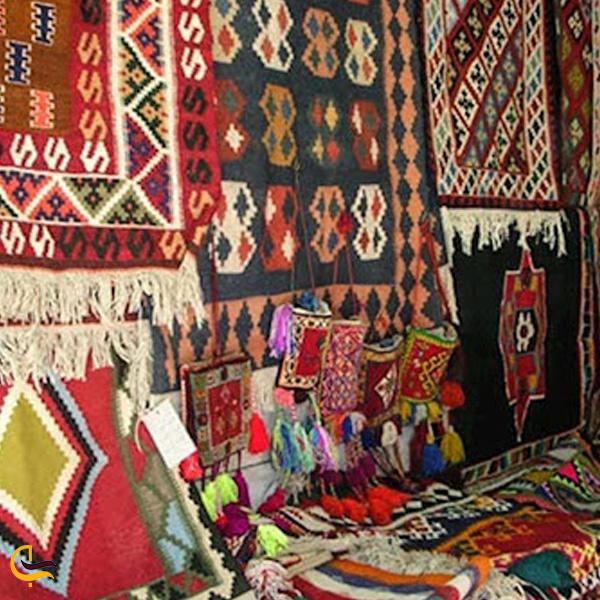 تصویری از قالیچه های رنگارنگ سوغات ترکیه