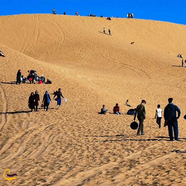 نمایی از قدم زدن در تپههای ماسه بادی فردوسیه