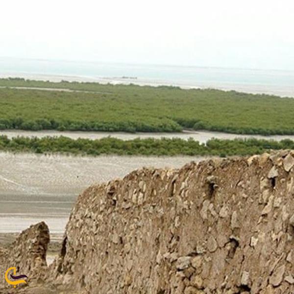 نمایی نزدیک از دیوار سدار بندر خمیر