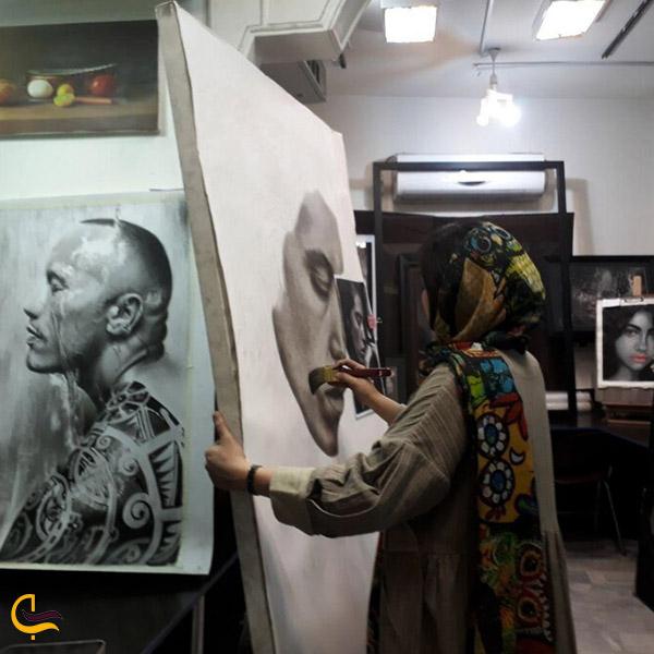 نمایی از آثار هنری در پاساژ آسمان 2 مشهد