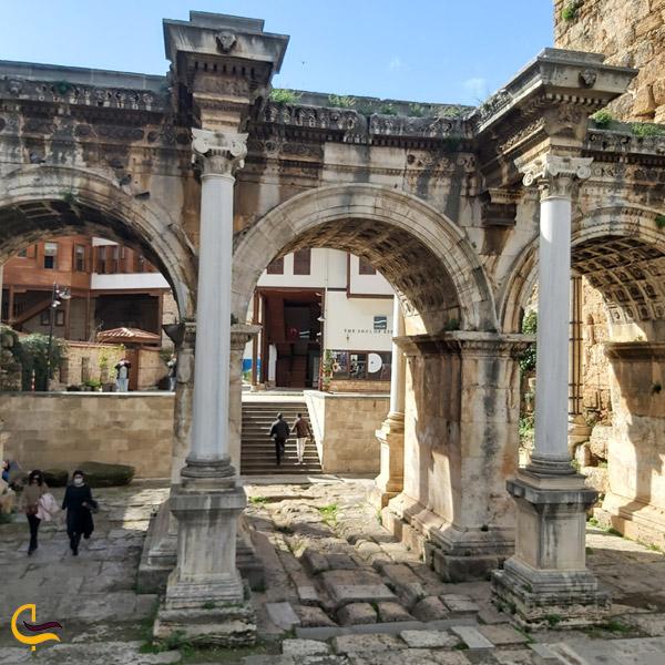 تصویری از دروازه هادریان آنتالیا