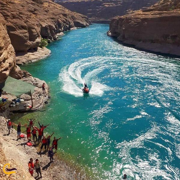 تصویری از قایق سواری و شنا در رود پر خروش پال کندی دزفول