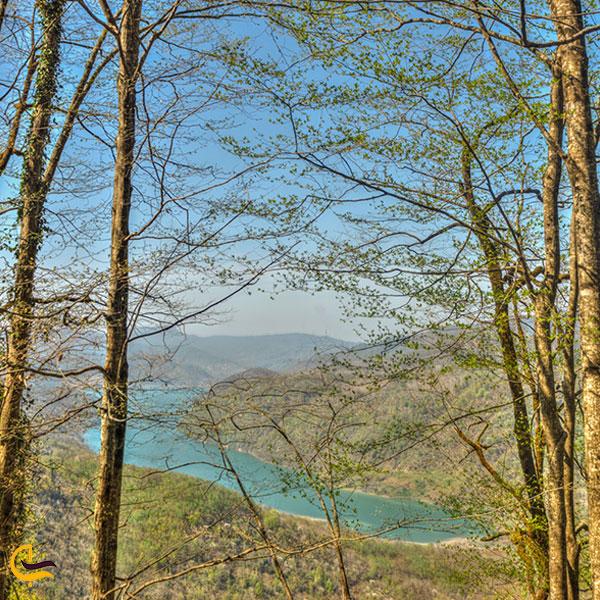 نمایی دور از سد لفور سواد کوه