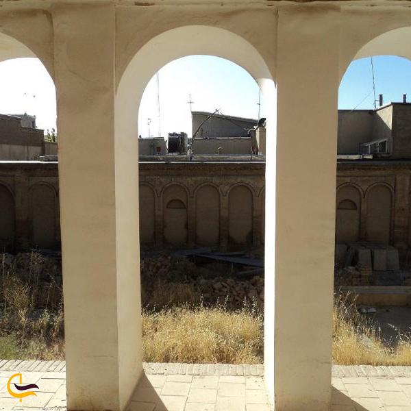 نمایی از محیط بیرون و ایوان خانه تاریخی مصری بروجرد
