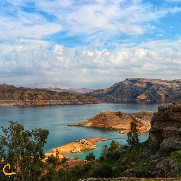 تصویری از درختان و کوه های دریاچه شهیون دزفول