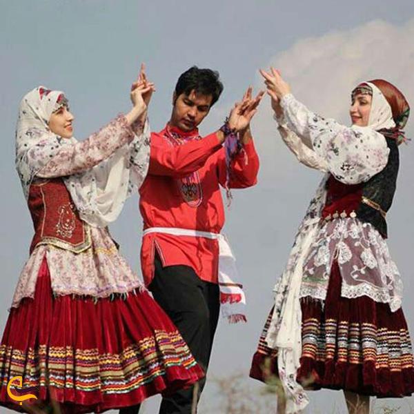 تصویری از لباس زنانه و مردانه محلی کرماجی