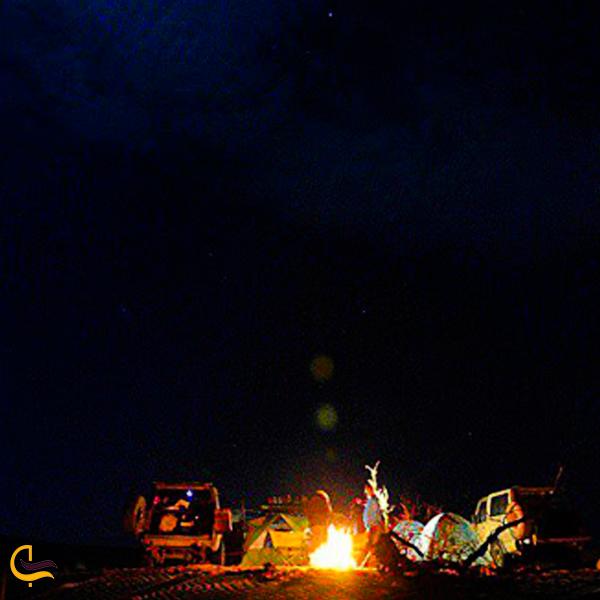 تصویری از کمپینگ شبانه در کویر ریگ جن سمنان