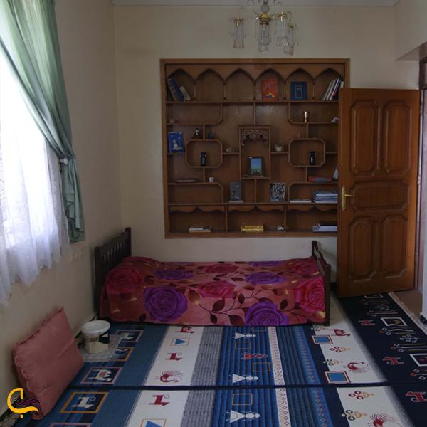 نمایی از تخت و کمد داخل اتاق اقامتگاه بوم گردی تکو