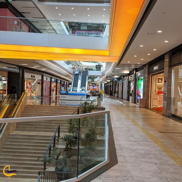 نمایی از مغازه ها و پله های مرکز خرید فروم استانبول