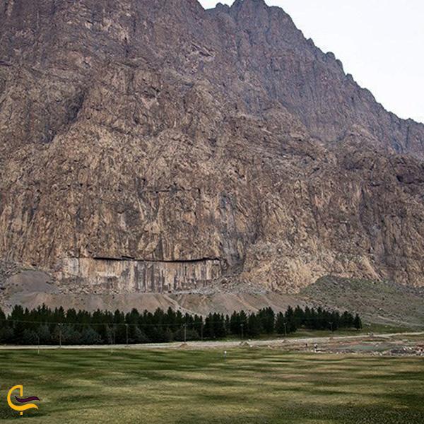 نمایی از کوه بیستون کرمانشاه
