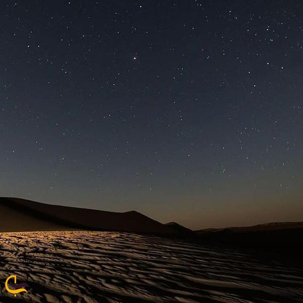نمایی از کویر ریگ جن در شب
