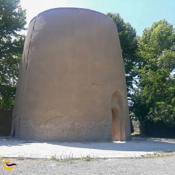 نمایی از برج مقبره بابا محمود شهریار