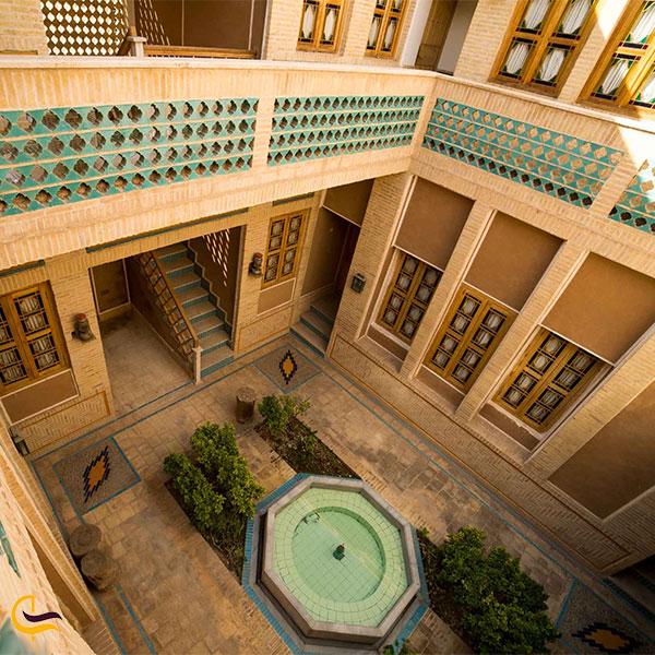 نمایی از هتل باغ مشیر الممالک یزد