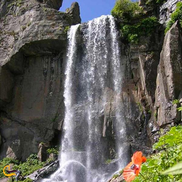 نمای نزدیک آبشار ورزان
