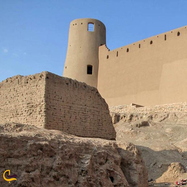 نمایی از برج استوانه ای قلعه بیرجند