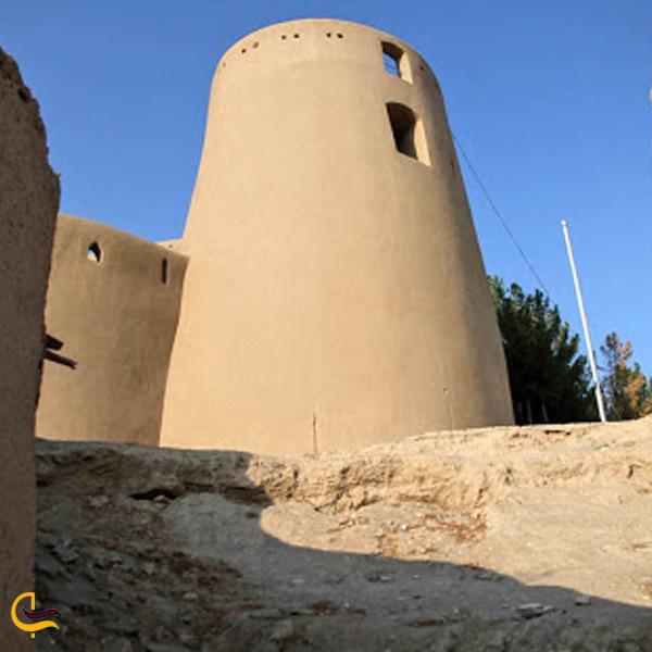 تصویری از برج های استوانه ای قلعه بیرجند