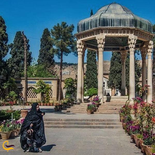 تصویری از آرمگاه حافظ در محوطه شرفی حافظیه شیراز