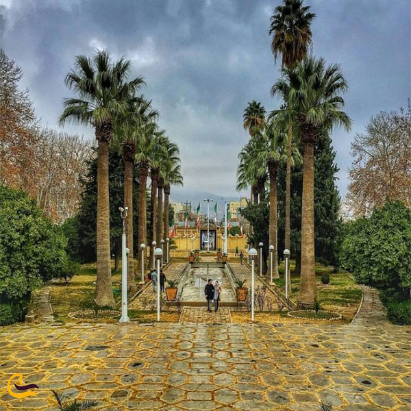 نمایی از ورودی باغ عفیف اباد