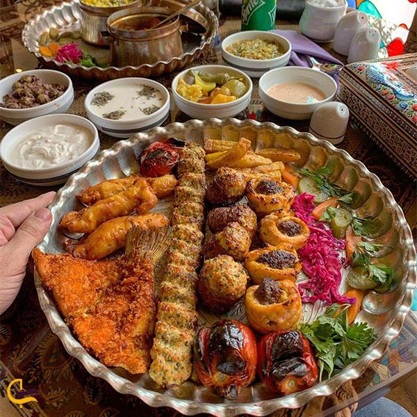 نمایی از غذا در رستوران موژان