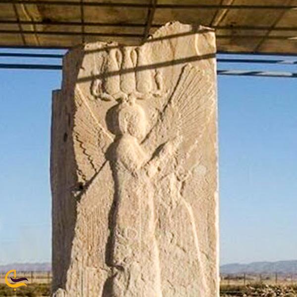 نمایی از مجسمه انسان بالدار در شهر تاریخی پاسارگاد