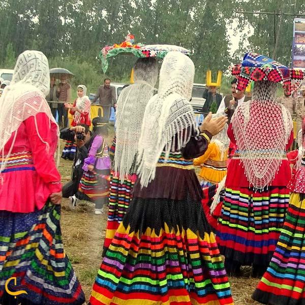 تصویری از چند زن در لباس محلی گیلکی