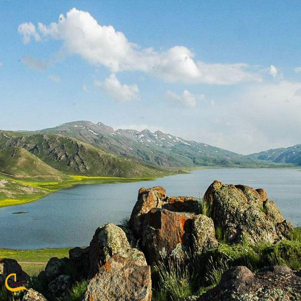 تصویری از طبیعت بکر دریاچه نئور