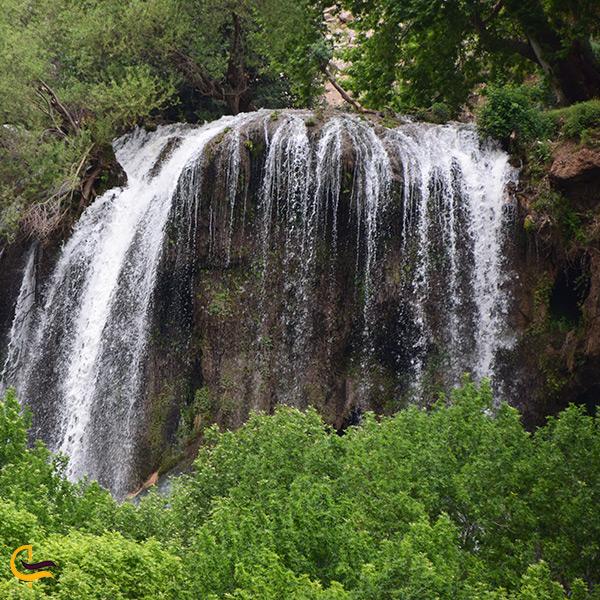 نمای روبرو از آبشار زرد لیمه