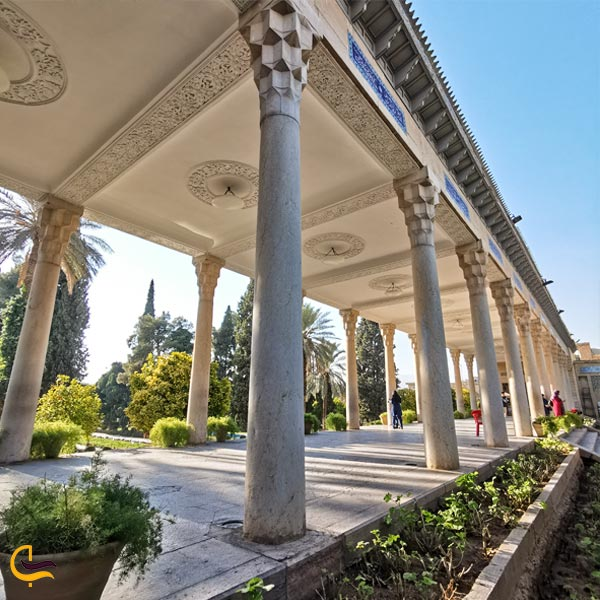 تصویری از ستونهای رواق چهارستون حافظیه شیراز