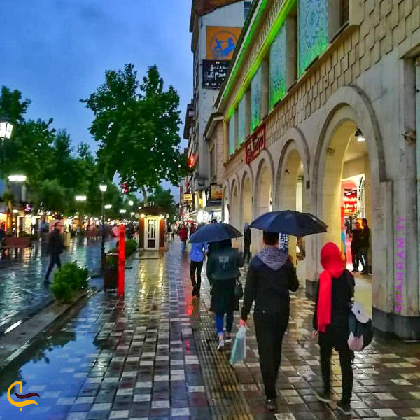 نمایی از مغازه های اطراف میدان شهرداری
