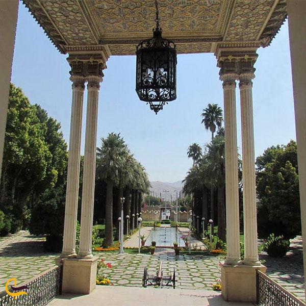 نمایی از دو ستون بلند عمارت عفیف آباد