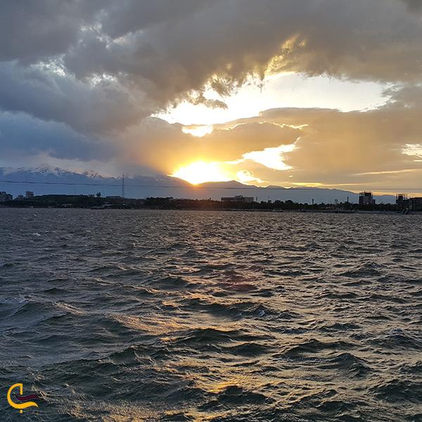 تماشای دریاچه زیبای شورابیل در غروب آفتاب