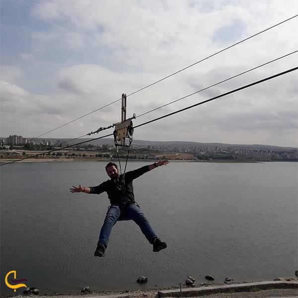 زیپ لاین سواری در دریاچه شورابیل اردبیل